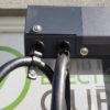 Piédestal pour borne de recharge, avec câbles rétractables